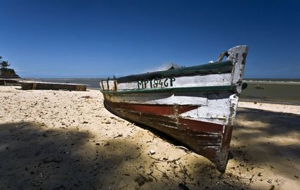 13486_maputo_boat_on_the_beach