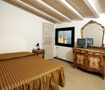 Chambre chez l 39 habitant meubl adriana sirmione for Meuble adriana sirmione italy