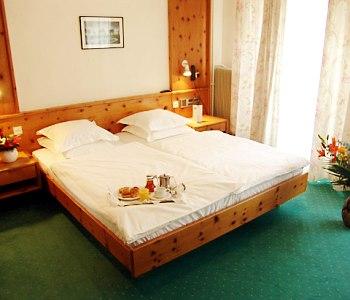 aux trois roses in strasbourg. Black Bedroom Furniture Sets. Home Design Ideas