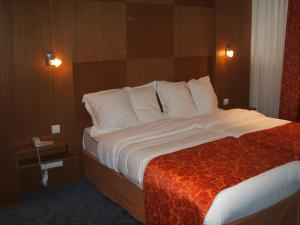 strasbourg chat rooms Strasbourg bordeaux lille  drink, chat, relax and even work discover its parisian neo-brasserie with fr  these prices may relate to different types of rooms.