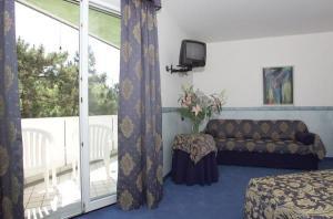 Hotel carlton in lignano sabbiadoro compare prices for Hotel meuble oasi