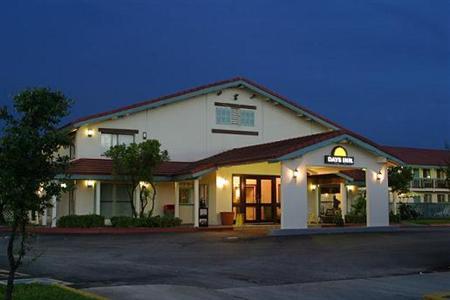 Room photo 1839415 Hotel Days Inn Alamo Riverwalk Downtown San Antonio Hotel