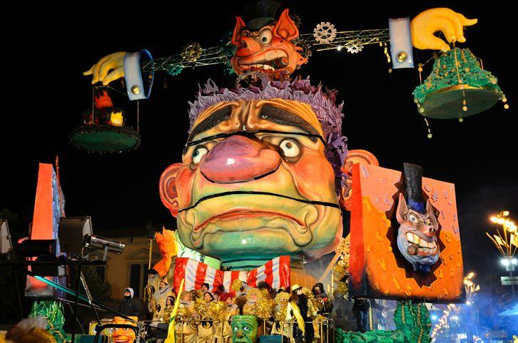 Carnevale_di_Viareggio_di_sera