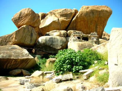 Photo Boulders - Massi in Hampi - Pictures and Images of Hampi