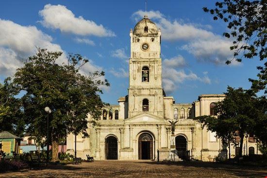 plaza y iglesia en holguin