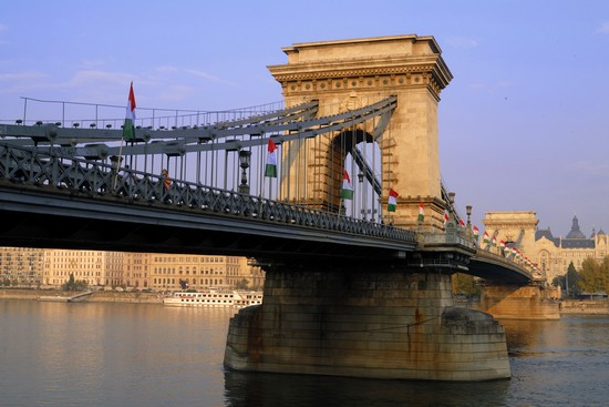 Photo budapest particolare del ponte delle catene in Budapest - Pictures and Images of Budapest - 550x367  - Author: Editorial Staff, photo 3 of 491