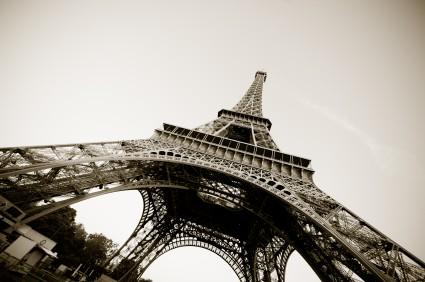 Photo parigi la tour eiffel dal basso in paris pictures for Parigi travel tour