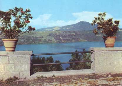 Foto Il Lago di Castel Gandolfo con veduta di Rocca di Papa e Monte Cavo a Castel Gandolfo - 415x292  - Autore: Redazione, foto 5 di 16