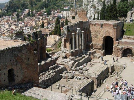 Il Teatro Greco di Taormina è una tappa obbligata del viaggio.