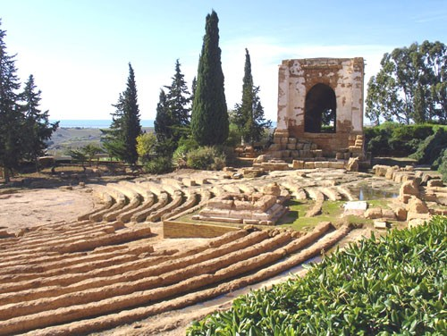 Photo l'ekklesiasterion e l'oratorio di falaride accanto al museo in Agrigento - Pictures and Images of Agrigento
