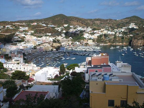 Foto Città vista dall' alto a Isola di Ponza - 550x413  - Autore: Redazione, foto 4 di 52