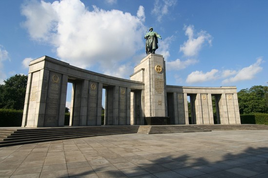 Photo Monument in Tiergarten Park in Berlin - Pictures and Images of Berlin