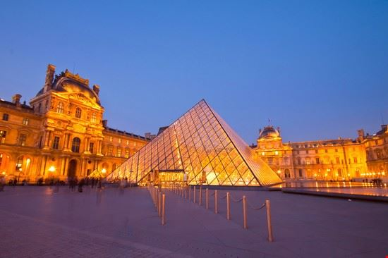 23562 paris grand louvre samt glaspyramide zur blauen stunde copyright tungtopgun  shutterstuck