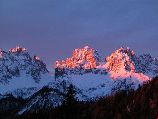 Dolomiti con neve al tramonto
