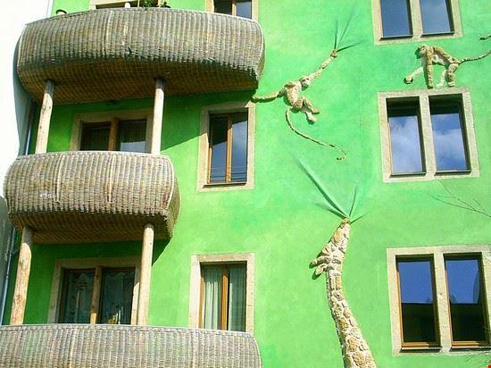 facciata colorata nel kunsthof del neustadt di dresda