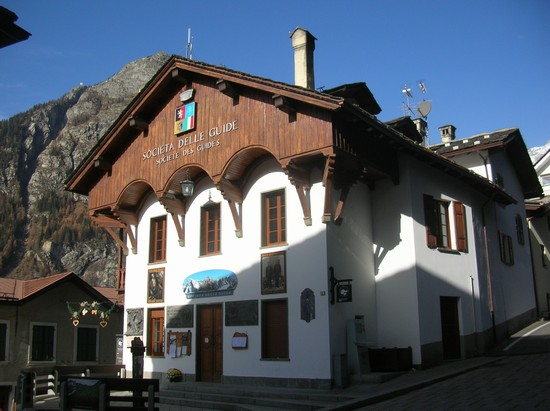 Photo piazza abbe henry courmayeur in Courmayeur - Pictures and Images of Courmayeur