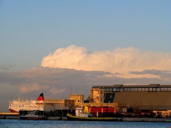 Brindisis Hafen im Sonnenuntergang
