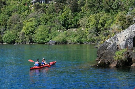 Kanu und Petroglyphen auf dem Lake Taupo