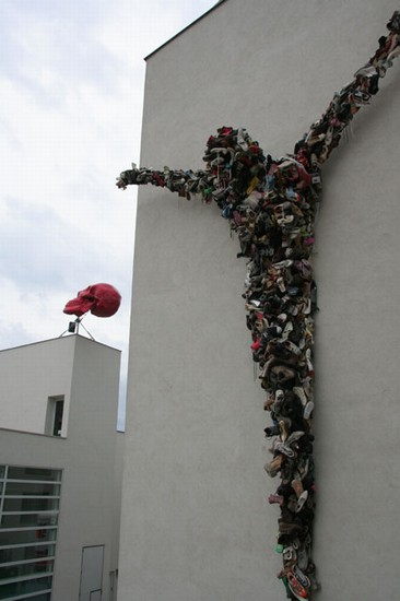 Photo praga centro d  arte contemporanea shoe christ in Prague - Pictures and Images of Prague