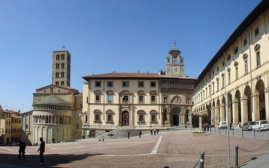 Photo arezzo piazza grande in Arezzo - Pictures and Images of Arezzo - 550x343  - Author: Editorial Staff, photo 2 of 125