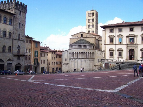 Photo arezzo piazza grande in Arezzo - Pictures and Images of Arezzo - 550x412  - Author: Editorial Staff, photo 3 of 122