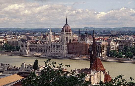 Foto budapest ungarisches parlamentsgebaeude in budapest a Budapest - 550x351  - Autore: Redazione, foto 1 di 443