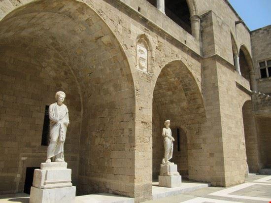 Statue all'interno del cortile del Palazzo