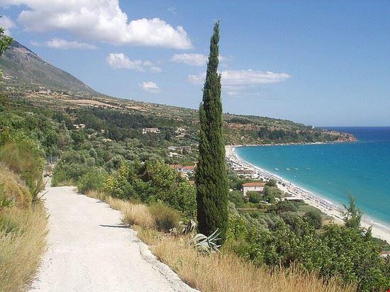 Paesaggio intorno la spiaggia di Lourdas