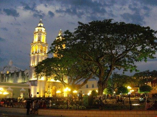 La piazza di Campeche illuminata