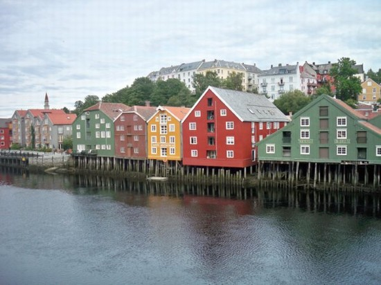 Foto antiche case su palafitte su fiume nidelva a for Piani di case costiere su palafitte