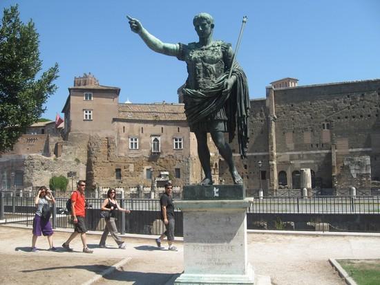 Photo statua imperatore augusto roma in rome pictures for Augusto roma