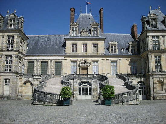 THE PALACE OF FONTAINEBLEAU a PARIS