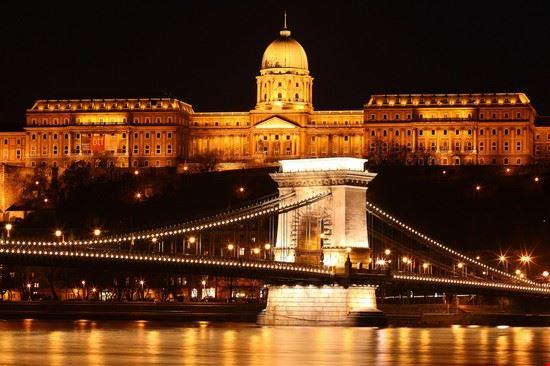 Ponte delle Catene e Palazzo Reale di notte