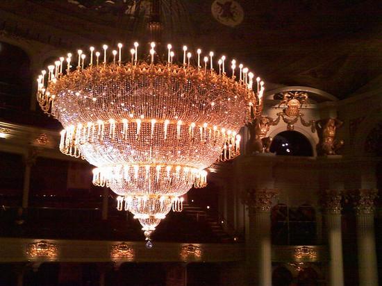 Photo philadelphia grand chandelier photos de philadelphia et images 550x412 auteur - Grand chandelier sur pied ...