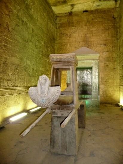 Foto Interno Del Tempio Di Edfu A Luxor 412x550 Autore