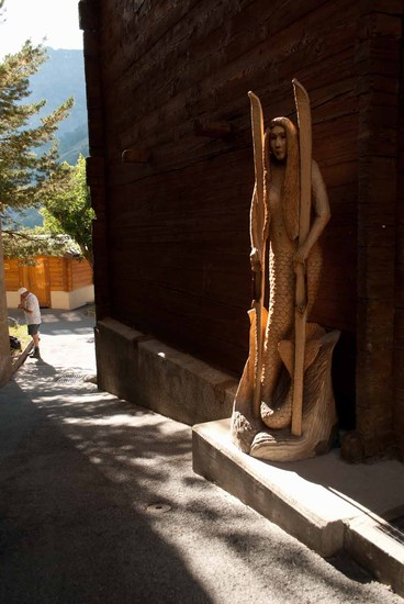 Photo leukerbad scultura in legno in Leukerbad - Pictures and Images of Leukerbad - 368x550  - Author: Cristian, photo 10 of 56