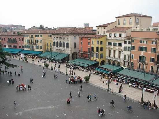 Photo verona piazza bra in Verona - Pictures and Images of Verona - 550x412  - Author: Editorial Staff, photo 1 of 273