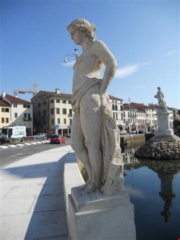 Statue lungo il fossato