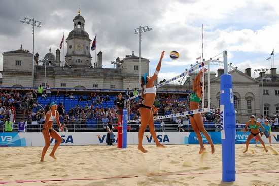 Photo Una partita dimostrativa di beach volley sui campi di Londra 2012 in London - Pictures and Images of London
