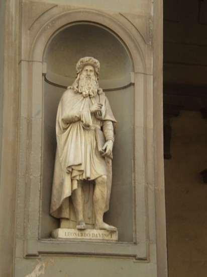 Photo statua leonardo da vinci chiesa firenze in Florence - Pictures and Images of Florence