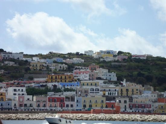 Foto abitazioni a isola di ponza 550x412 autore for Immagini abitazioni