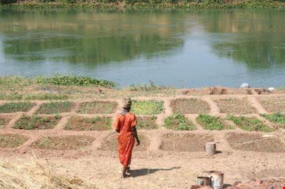 Donna al fiume