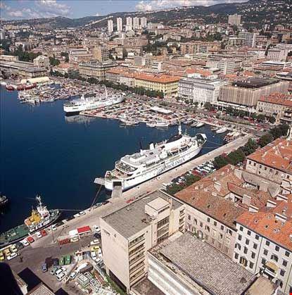 Veduta panoramica del porto e della città