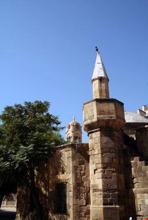 Una Chiesa dietro a una Moschea