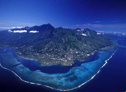 Vista aerea di Tahiti con l'aeroporto di Tahiti Faaa