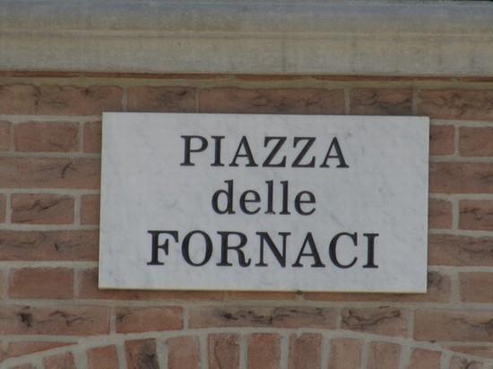 Foto Targa con scritto il nome di Piazza delle Fornaci a Ponte dell'Olio - 550x412 - Autore ...
