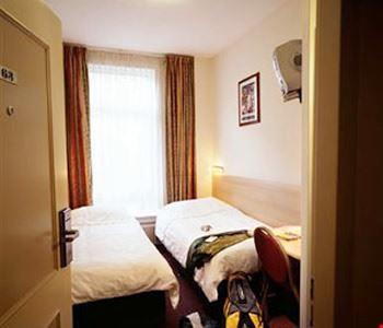 Camera a due letti con bagno in comune