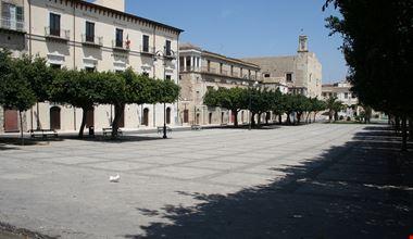 1280px-Favara_Piazza_Cavour_Castello_Chiaramonte.jpg