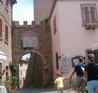 porta di accesso al borgo sassetta