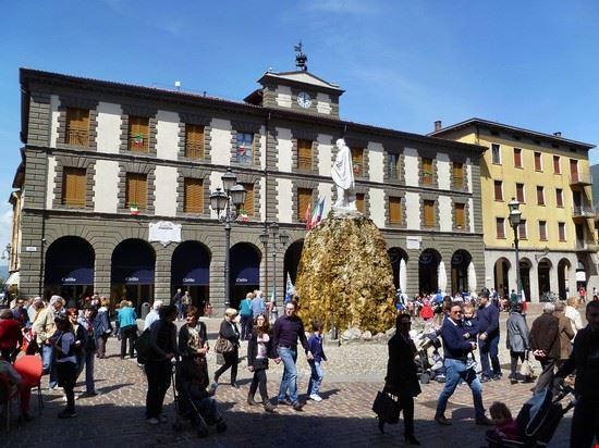 iseo - centro storico e statua di garibaldi